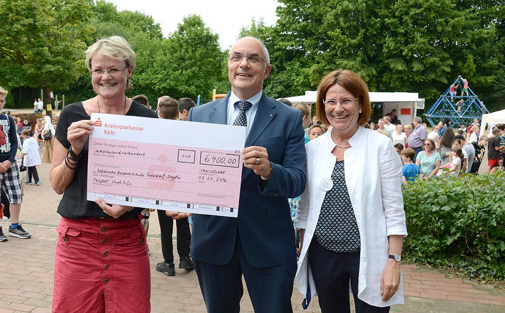 Stephan Römer überreicht Sabine Lewerenz (links) und Schulleiterin Kirsten Heinrichs einen Scheck über 6400 Euro. Foto: Carsten Seim